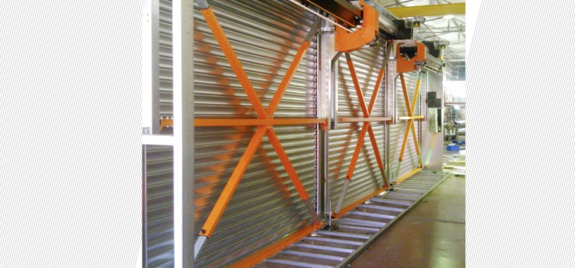 WIDE BUILDING OPENINGS COVERED BY INDEPENDENT ROLLER SHUTTERS WITH WIND PROTECTION SYSTEM
